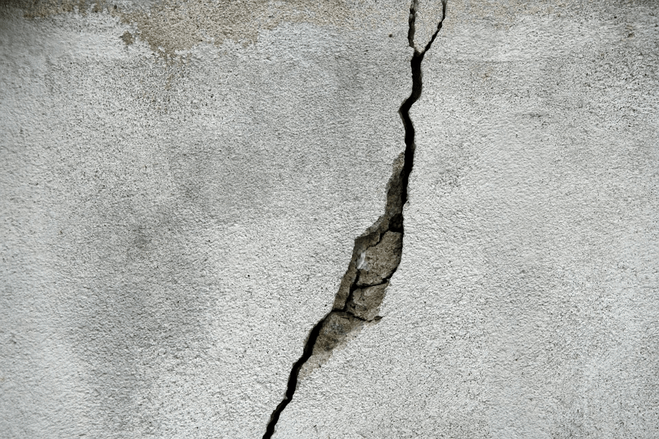 crack in conctrete wall